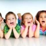 9587539-i-bambini-piccoli-a-ridere-su-sfondo-bianco