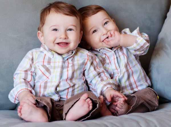 Biglietto di congratulazioni con coppia neogenitori due - Coppia di amatori che scopano sul divano ...