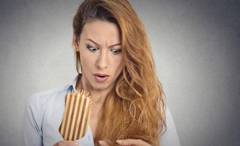 Quello che le donne hanno a una perdita di capelli