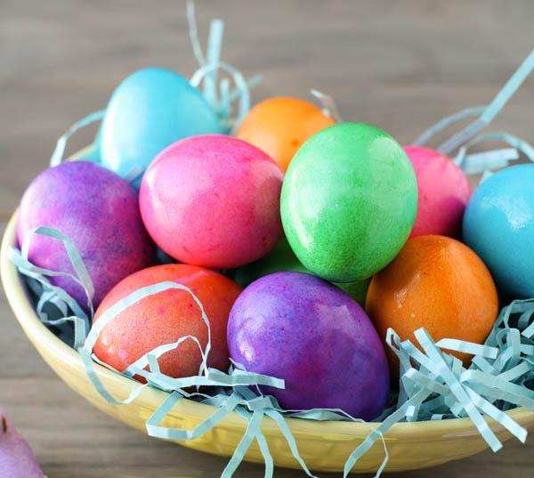 Come colorare uova sode per pasqua con i bambini mamme - Uova decorate per bambini ...