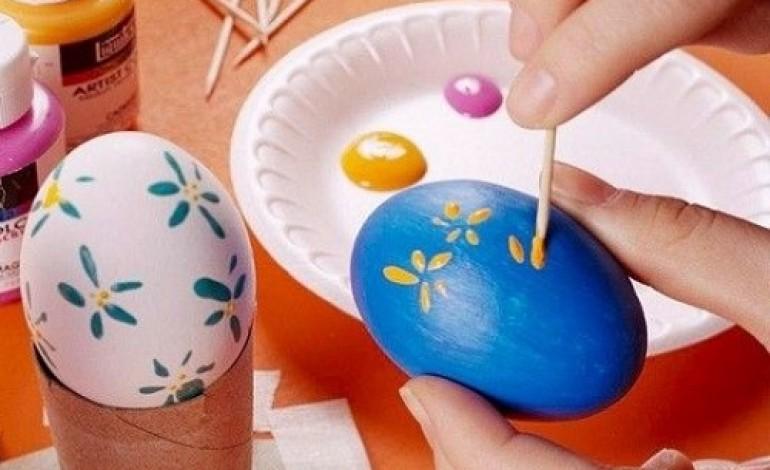 Come colorare le uova di polistirolo con i bambini mamme - Decorazioni per uova di pasqua ...