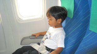 bambini in aereo